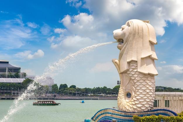 Het merlion-fonteinstandbeeld - symbool van singapore