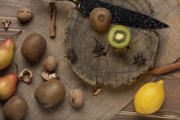 Het mes en de citroen van de kiwipeer op houten