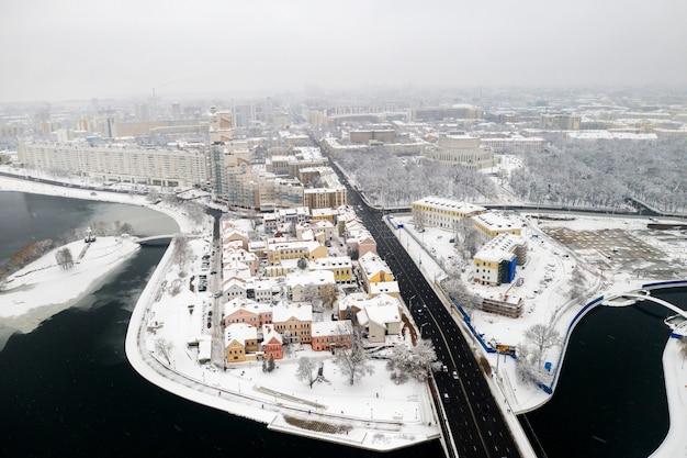Het met sneeuw bedekte oude centrum van minsk vanaf een hoogte. de buitenwijk van de drie-eenheid. wit-rusland.
