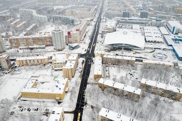 Het met sneeuw bedekte stadscentrum van minsk vanaf een hoogte wit-rusland