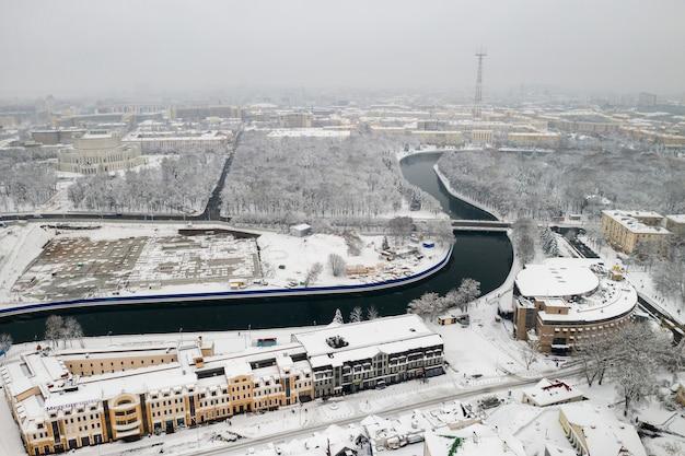 Het met sneeuw bedekte stadscentrum van minsk vanaf een hoogte