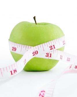 Het meten van band verpakkende appel verliest gewichtsconcept dat op wit wordt geïsoleerd