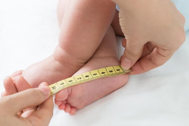 Het meten van de grootte van de voetbaby