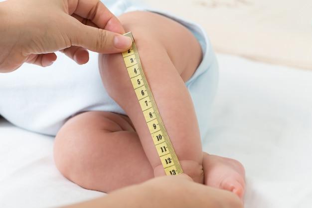 Het meten van de maat van de beenbaby