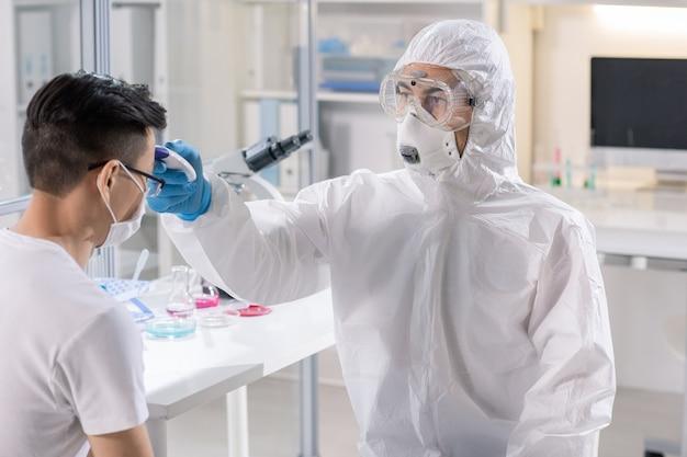 Het meten van de temperatuur van een geïnfecteerde patiënt