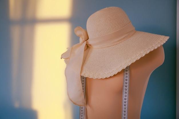 Het meten van roze paspop ontwerpstudio kleermakerij en naaiconcept exclusieve unieke kleding