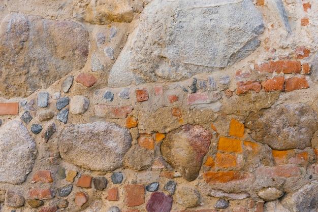 Het metselwerk is oud, de achtergrond van de stenen
