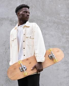 Het middelgrote geschoten skateboard van de jongensholding