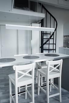 Het minimalistische interieur van een klein appartement met twee verdiepingen