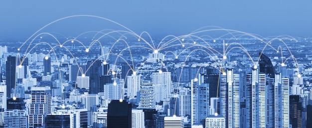 Het moderne creatieve communicatie- en internetnetwerk maakt verbinding in slimme stad