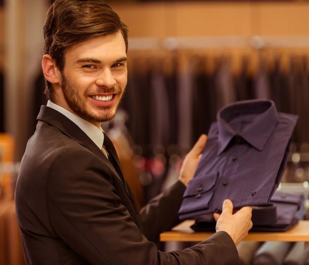 Het moderne jonge knappe zakenman glimlachen.