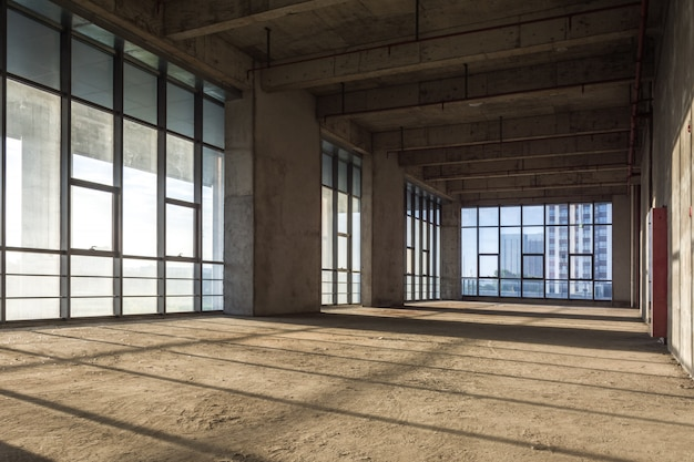 Het moderne lege bedrijfsgebouw