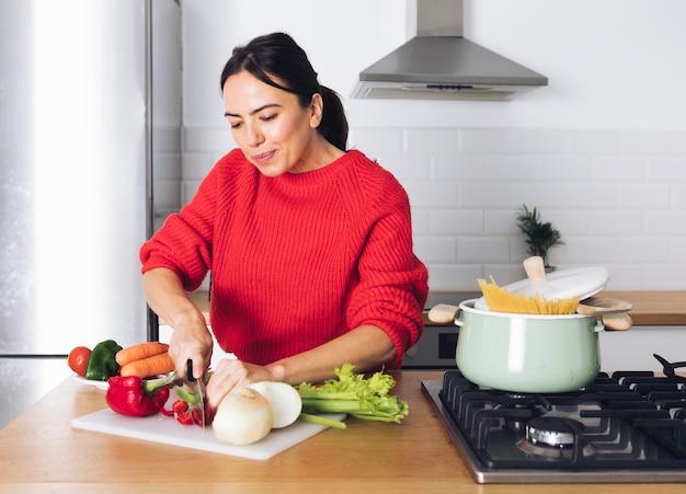 Het moderne vrouw koken