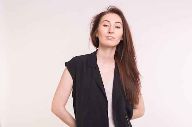 Het modieuze jonge aziatische vrouw stellen