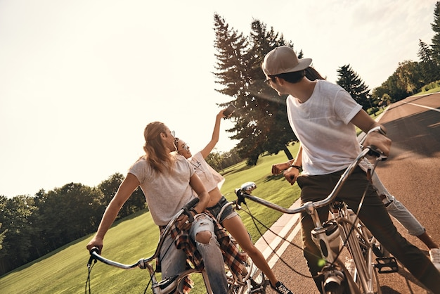 Het moment pakken. groep gelukkige jonge mensen in vrijetijdskleding die selfie nemen en glimlachen terwijl ze samen buiten fietsen