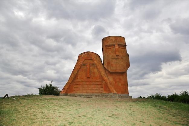 Het monument in stepanakert-stad in nagorno - karabach, de kaukasus
