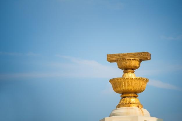 Het monument van de democratie is een geschiedenis van het monument van de grondwet in bangkok, thailand.