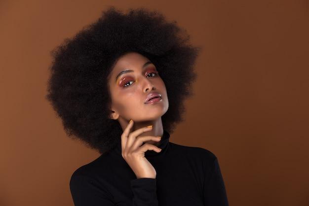Het mooie afrikaanse portret van de vrouwenclose-up