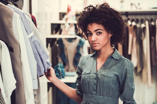 Het mooie amerikaanse meisje van afro bekijkt camera.