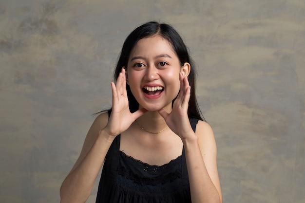 Het mooie aziatische vrouw aankondigen