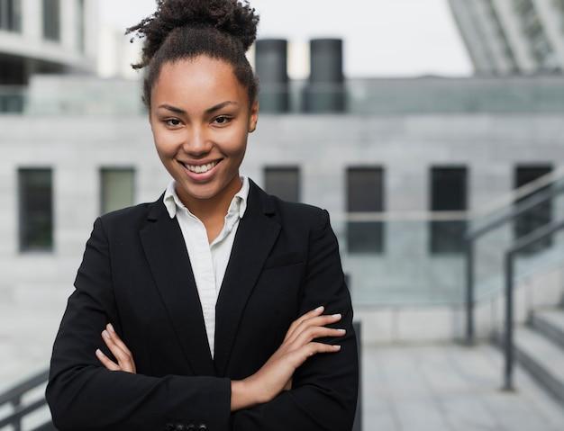Het mooie bedrijfsvrouw glimlachen