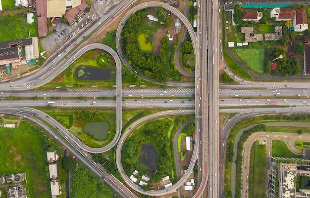 Het mooie blad van de ringsweg en van de snelwegvorm in de luchtmening van thailand