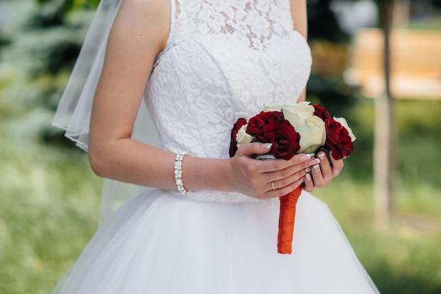 Het mooie en verfijnde close-up van het huwelijksboeket houdt de bruid in haar handen. bruidsboeket.