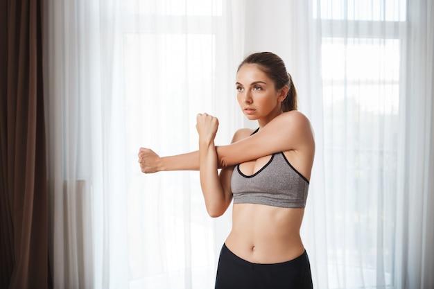 Het mooie fitness meisje maakt sportoefeningen