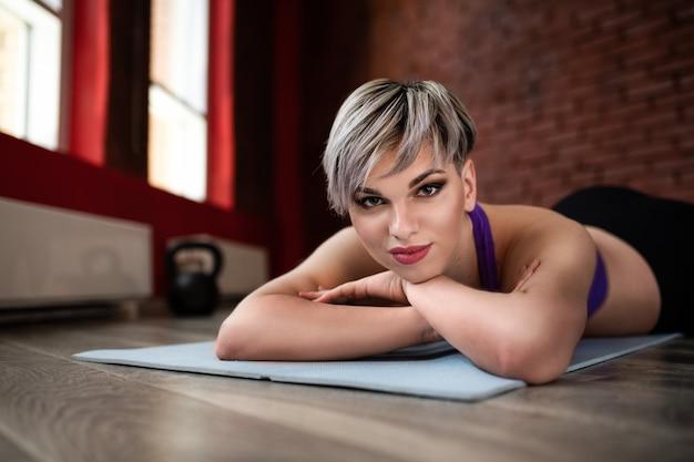 Het mooie fitness modelmeisje stellen die sportkleren dragen. meisje in de sport-concept. portret close-up