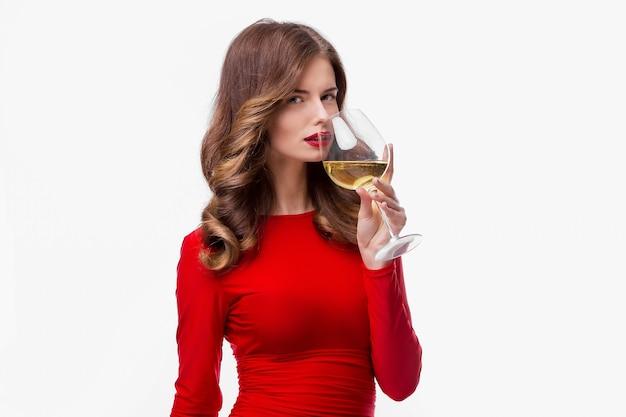 Het mooie glas van de vrouwenholding wijn onwhite ruimte