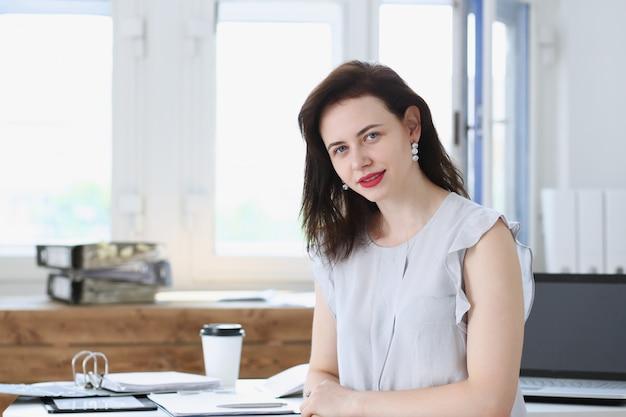 Het mooie het glimlachen onderneemsterportret op werkplek kijkt in camera. administratief medewerker bij werkruimte uitwisselingsmarkt baanaanbieding gecertificeerde openbare accountant interne omzet officier concept