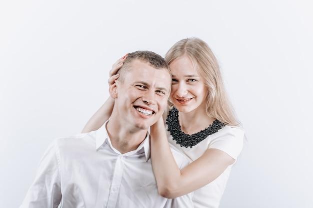 Het mooie heteroseksuele kaukasische paar lachen. close-up portret