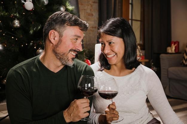 Het mooie hogere kerstmispaar toejuichen