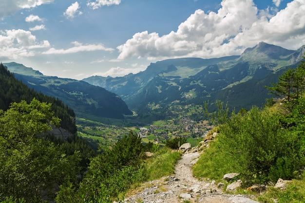 Het mooie idyllische landschap en de sleep van alpen, bergen in de zomer, zwitserland