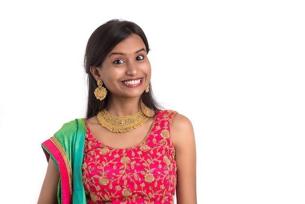 Het mooie indische traditionele meisje stellen op witte achtergrond.