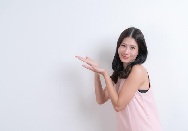 Het mooie jonge aziatische vrouw stellen