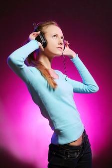 Het mooie jonge meisje luistert muziek