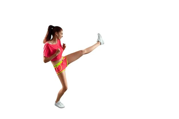 Het mooie, jonge meisje slaat een voet, gaat sporten. het concept van gewichtsverlies, sporttraining, dieet, gezond eten