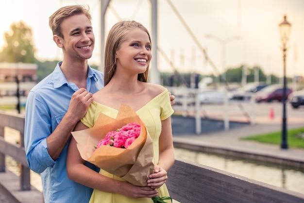 Het mooie jonge paar op datum kijkt weg en glimlacht.