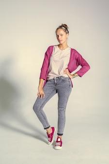 Het mooie jonge vrouw stellen in studio. mode foto