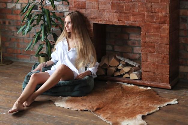 Het mooie jonge vrouw stellen thuis