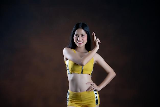 Het mooie jonge vrouwendanser stellen