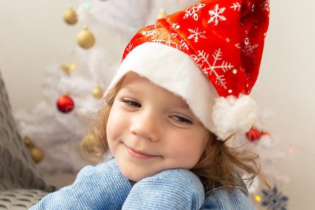 Het mooie kleine meisje in de pet van het nieuwe jaar