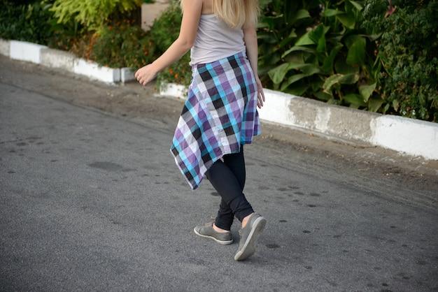 Het mooie meisje in een blauwe pet op wandeling