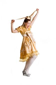 Het mooie meisje in een kostuum van de prinses steekt de tong op wit uit