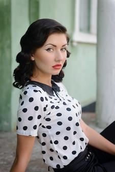 Het mooie meisje in een retro-stijl