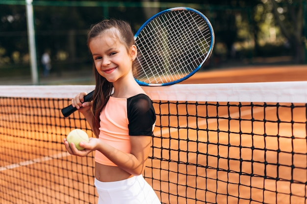 Het mooie meisje leidt in een tennisclub op