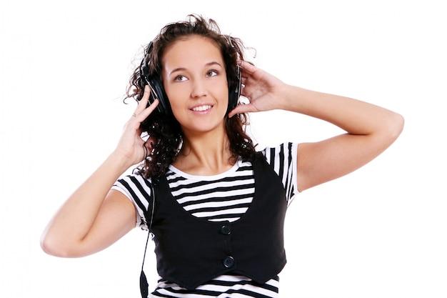 Het mooie meisje luistert muziek