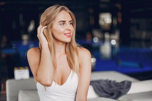 Het mooie meisje ontspannen in een kuuroordsalon