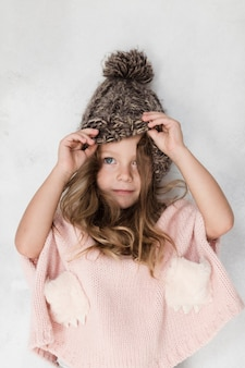 Het mooie meisje stellen met de winterhoed